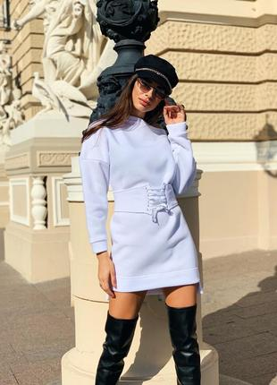 Платье с поясом на флисе белое