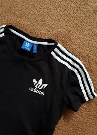 Укороченная футболка от adidas лампасы