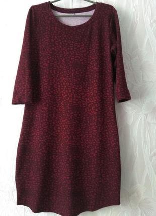 Трикотажное платье с леопардовым принтом.