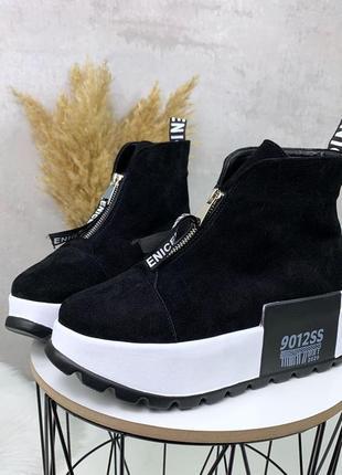 Зимние ботиночки замшевые черные на белой подошве