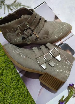 Сірі черевики /козаки , з пряжками від george