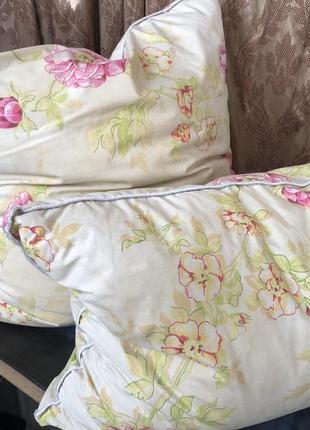 Подушки одной расцветки разных размеров прямоугольная и квадратная светлые перьевые