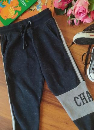 Классные спортивные теплые штаны nutmeg на 2-3 года .