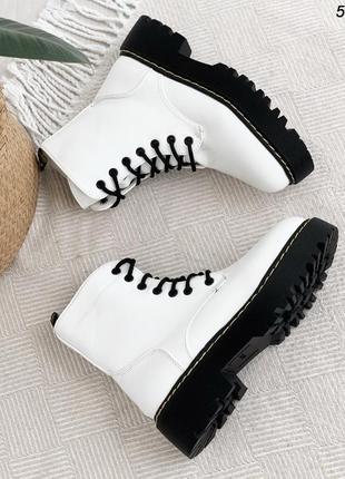 Бомбезные белые зимние ботиночки на черной подошве