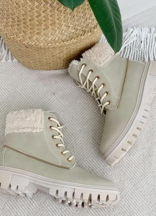 Красивые бежевые ботиночки