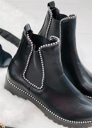 Черные демисезонные ботинки с жемчужинами
