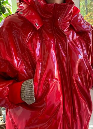 Малиновая лаковая куртка h&m