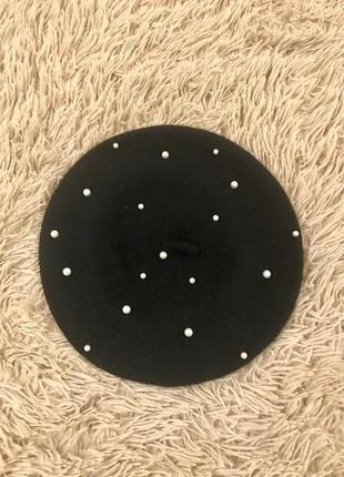 Модный чёрный берет с жемчугом