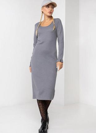 Трикотажное серое платье футляр aura в мелкий рубчик ниже колен