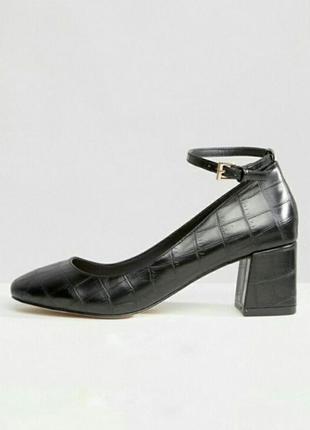 Классные туфли со змеиным принтом на устойчивом каблуке