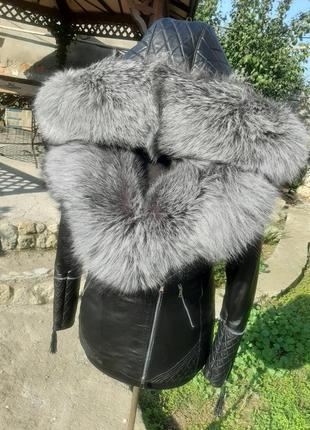 Шикарная куртка из натуральной кожи с капюшоном и мехом чернобурки