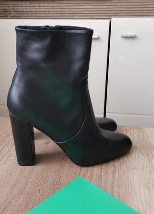 Ботинки на устойчивом каблуке. кожа!!!