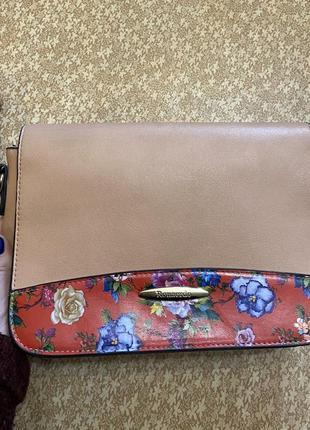 Персиковая сумка с позолоченной фурнитурой