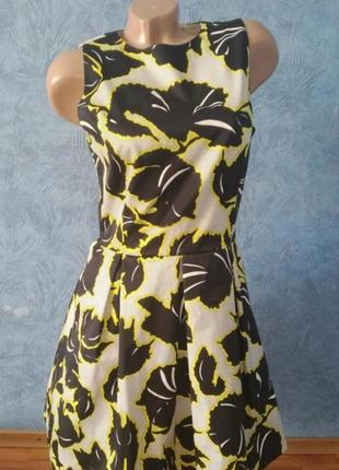 Шикарное нарядное платье миди с пышной юбкой в необычный принт