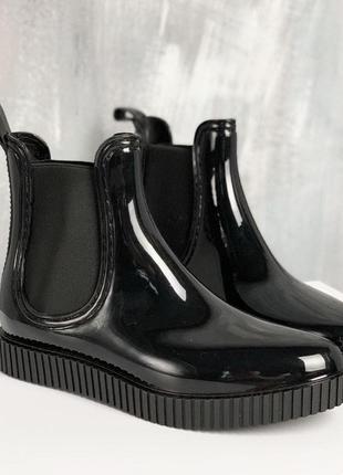 Черные резиновые ботики