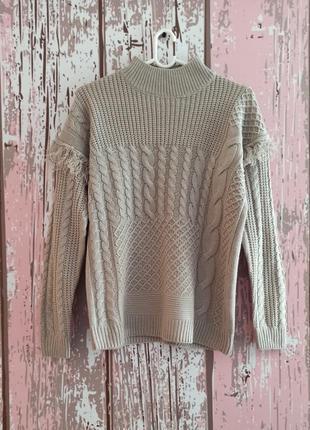 Вязаный свитер с горловиной