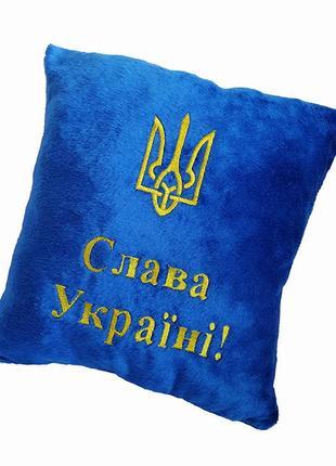 Синяя подушка с надписью