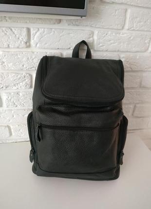 Вместительный кожаный рюкзак черный