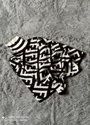 Кофта в черно-белые узоры с горловиной
