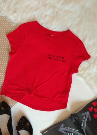 Укорочена червона футболка від н & м з написом