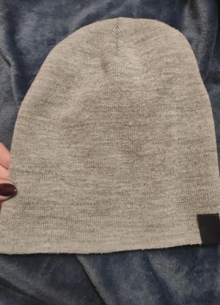 Світло сіра шапочка на осінь/ весну