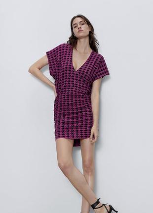 Тёплое стильное платье с глубоким декольте