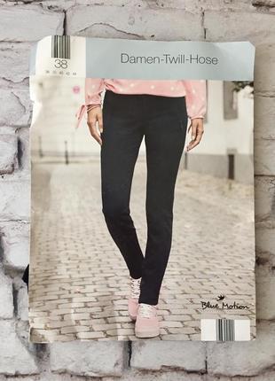 Стильные джинсы черные без потертостей брюки стрейчевые средней плотности