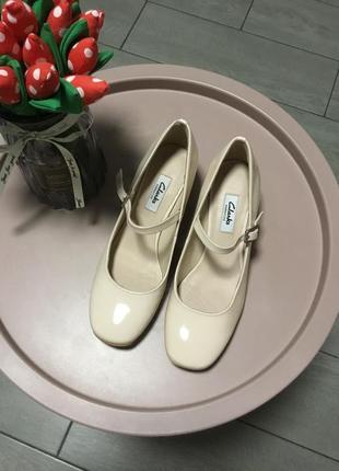 Лакированные туфельки в нюдовом цвете clarks