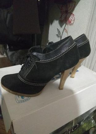 Туфли замшевые на каблуке.