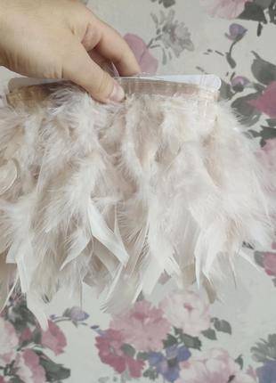 Светлые бежевые перья индюка на тесьме, лента с перьями