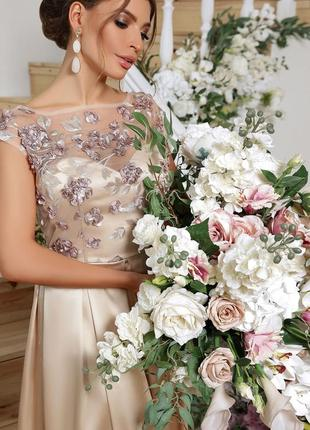 Роскошное атласное длинное вечернее платье в пол с вышивкой бежевое шампань