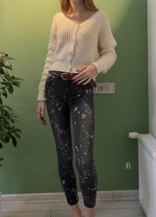 Чёрные джинсы в белые плямы