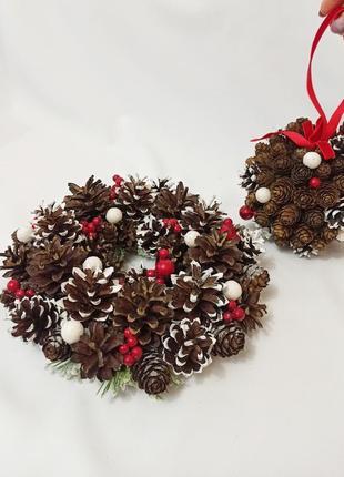Рождественский венок и шар из натуральных шишек, новогодний декор красные ягоды