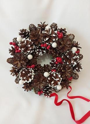 Рождественский венок из натуральных шишек, новогодний декор красные ягоды