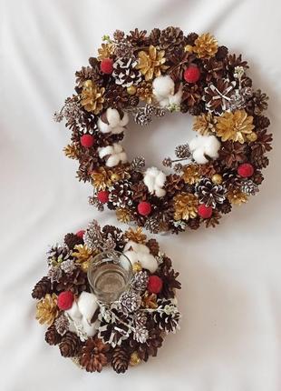 Рождественские украшения. набор венок и подсвечник из натуральных шишек