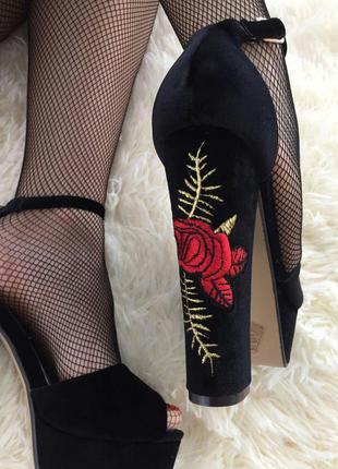 Купить босоножки с вышивкой на каблуке