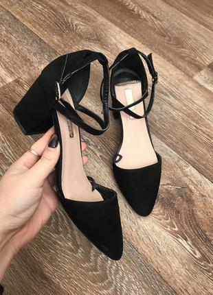 Шикарные замшевые туфли с ремешком