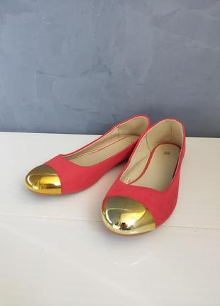 Женские коралловые балетки с золотыми носками