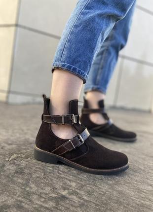 Демисезонные замшевые ботинки на низком ходу