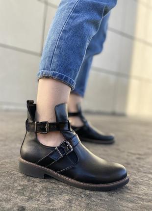 Демисезонные кожаные ботинки с двумя пряжками челси