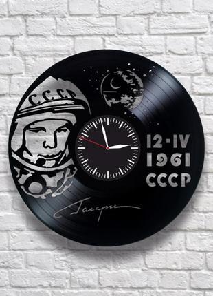 """""""юрий гагарин"""" - настенные часы из виниловых пластинок. уникальный подарок!"""
