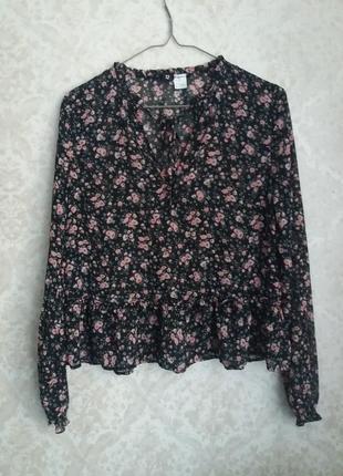 Стильная блуза с цветочным принтом от бренда divided