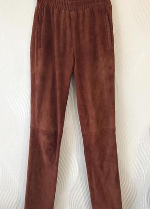 Замшевые зауженные брюки терракотового цвета