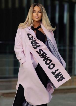 Женское стильное пальто с шарфом.