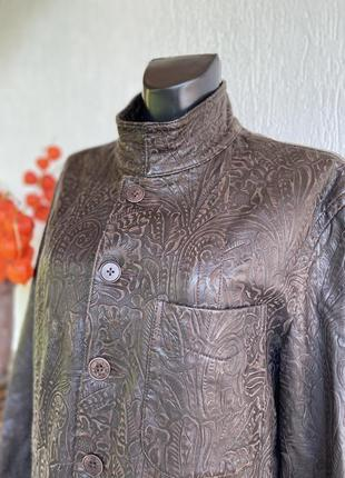 Фирменная стильная качественная натуральная кожаная куртка с растительным тиснением