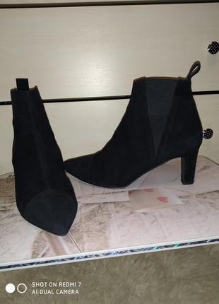 Замшевые ботинки с узким носком на маленьком каблучке
