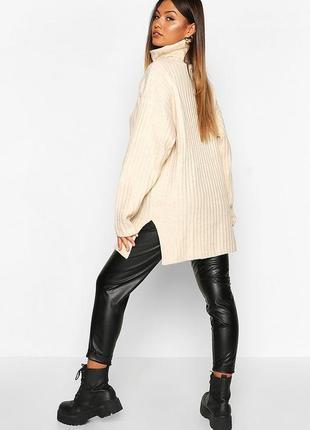 Нюдовый удлиненный оверсайз свитер с воротом