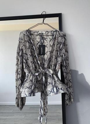 Блуза с воланом в анималистичный принт
