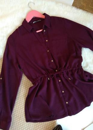 Насыщенная фиолетовая удлинённая блуза на пуговицах и пояс по талии