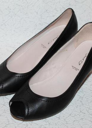 Аккуратные туфли лодочки с открытым носочком 39 размер